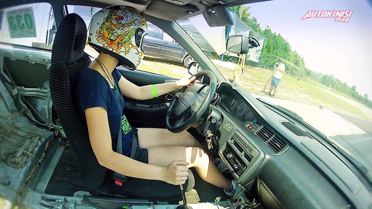 Πίπα κατά την οδήγηση αυτοκίνητο