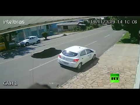 ظهرت الحفرة فجأة وابتلعت السيارة  - نشر قبل 40 دقيقة
