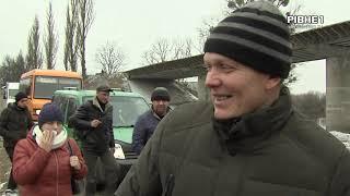 Вагою не більше 10 тонн: на Сарненщині автомобілі їдуть понтонним мостом через Горинь / Видео