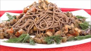 Постная лапша с грибами, томатами и базиликом
