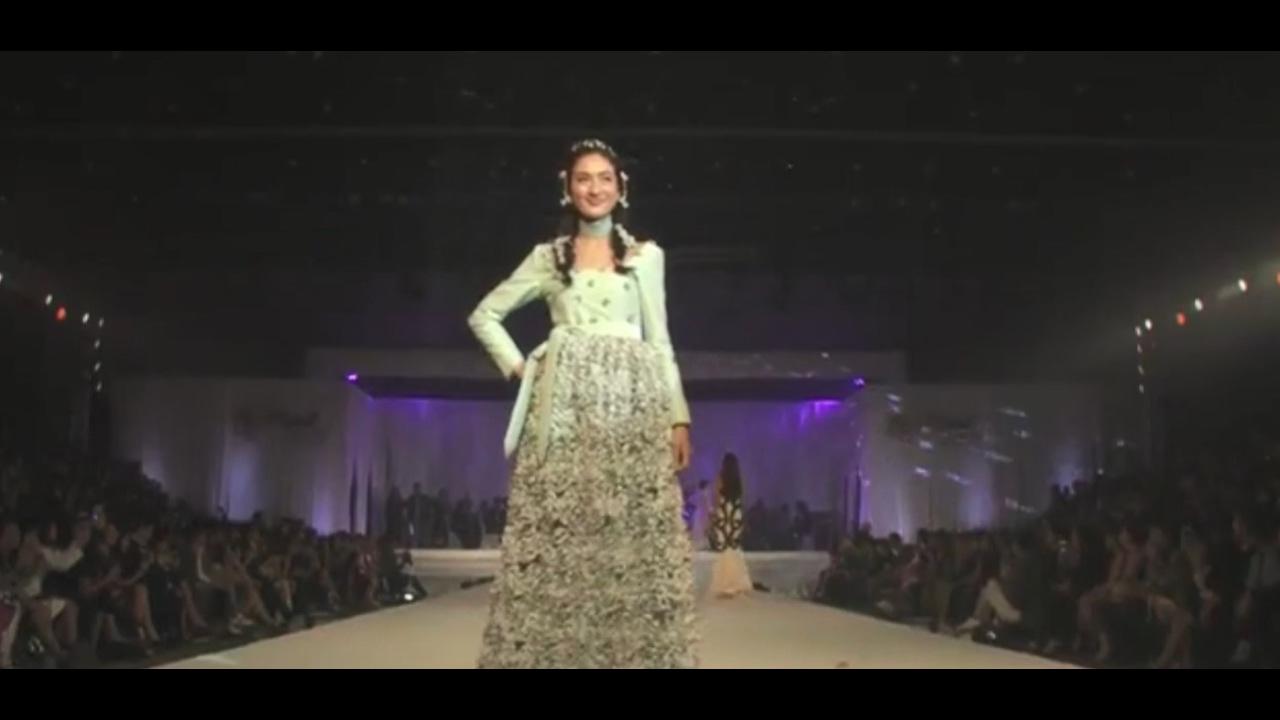 Eye Kamolned Await Fashion Show By A Supachai Youtube