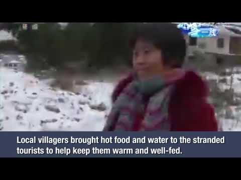 Villagers bring hot food and water to stranded tourists in central China