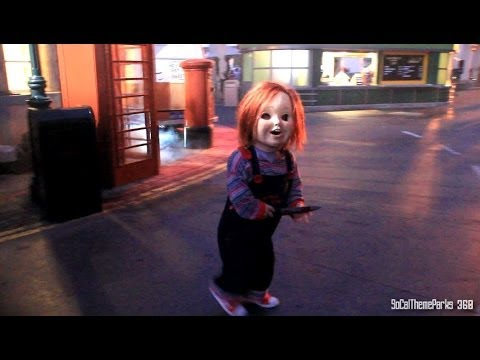 [HD] Chucky Roaming the Street - Chucky Scare Zone - Halloween Horror Night