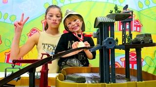 Cici kız Polen ve Daniel asker oluyorlar. Asker çantası, asker kıyafeti  ve parkur - #çocukoyunları!