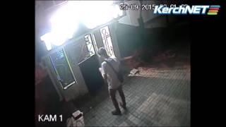 Вандализм: камера наблюдения зафиксировала юношу, разрисовывающего стены в Керчи(, 2015-09-28T12:53:19.000Z)