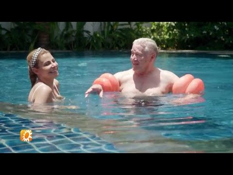 Barrie Stevens krijgt zwemles van Olcay - RTL BOULEVARD