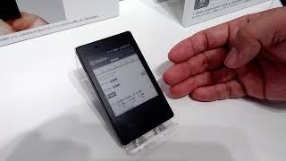 S-MAX:NTTドコモ向けの京セラ製「カードケータイ KY-01L」の操作や主な特徴を説明員に聞いてみた thumbnail