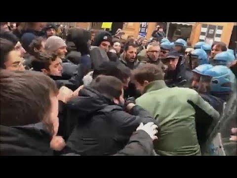 شاهد: مواجهات عنيفة بين الشرطة ومتظاهرين ضد اليمين الإيطالي  - 18:21-2018 / 2 / 17