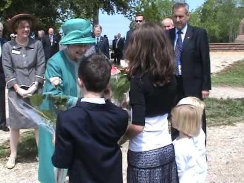 Queen Elizabeth visits the Jamestown archaeological dig