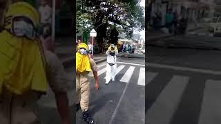 Miren la forma como un estudiante enfrentó a los que bloquearon la vía