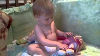 Нежная девочка в куклы играет