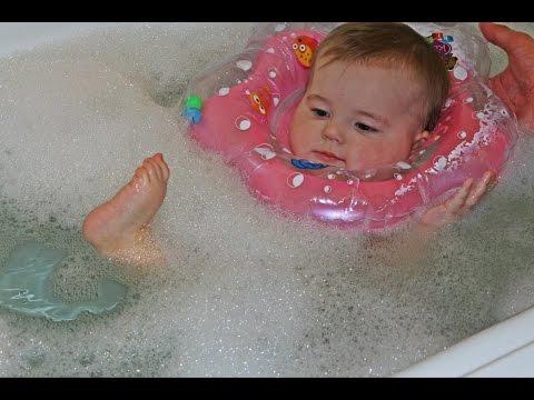Как одеть круг для купания новорожденных одному человеку видео