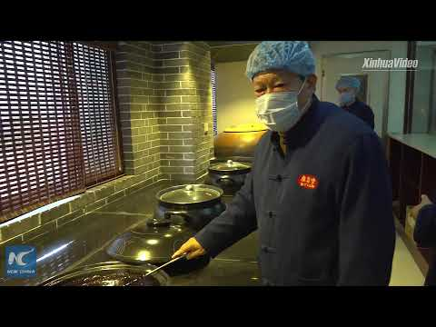 Foreign students learn how to make traditional Chinese herba