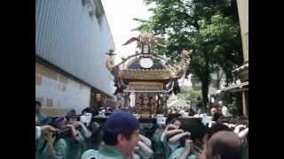 本社神輿の渡御。2012年5月27日午前9時30分頃から撮影。千束稲荷神社の...