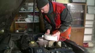Replacing radiator at an Audi 100 / A6 (C4)