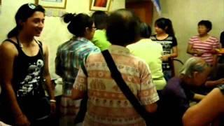港青基信書院到油尖旺食物銀行做義工:同學招呼長者(拍攝:黃嘉