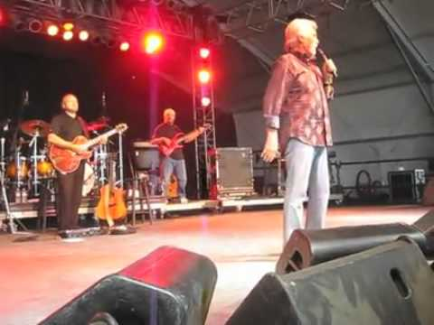 "Kenny Rogers performs ""Love Or Something Like It"" at Bonnaroo"