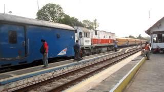 SEMUA MENEPI : KA Sri Tanjung bersilang KA 122 untuk disusul KA 6 di St. Kedung Banteng