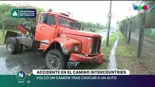 Accidente en camino intercountries, volcó un camión tras chocar con un auto