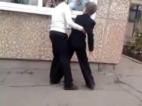 Две русские девушки насилуют парня