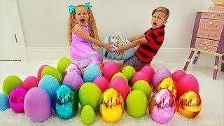 डियेना और रोमा नाटक ईस्टर आश्चर्य अंडे हंट खेलते हैं