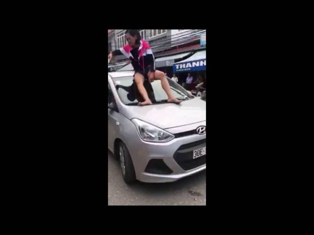 Bắt quả tang chồng chở bồ, vợ ngồi lên mũi xe chặn đánh