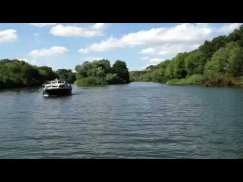 Cruising on the River Thames between Pangbourne and Goring. Short video