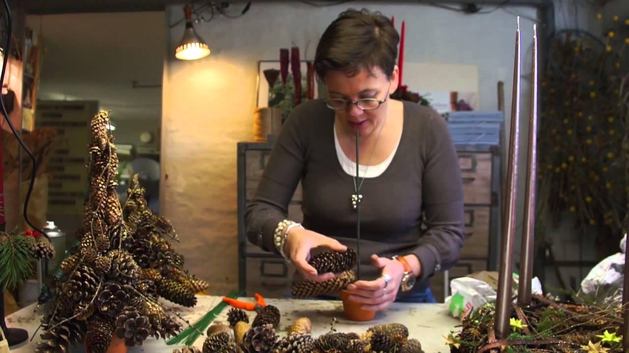 Elisabeth Bønløkke laver juletræ af kogler