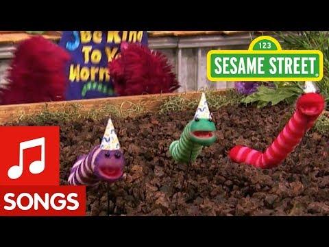 Sesame Street: Wiggldy Worm Song!