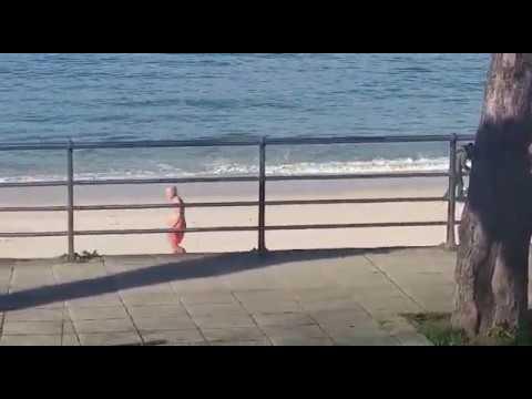 Un 'valiente' disfruta de la playa de Portocelo en pleno enero