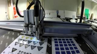 vidéo usinage dibond vinyle panneaux danger sans film de maintien sur Zund par Grafitroniks