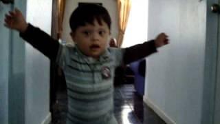 Bebé especial caminando 1 año y 8 meses