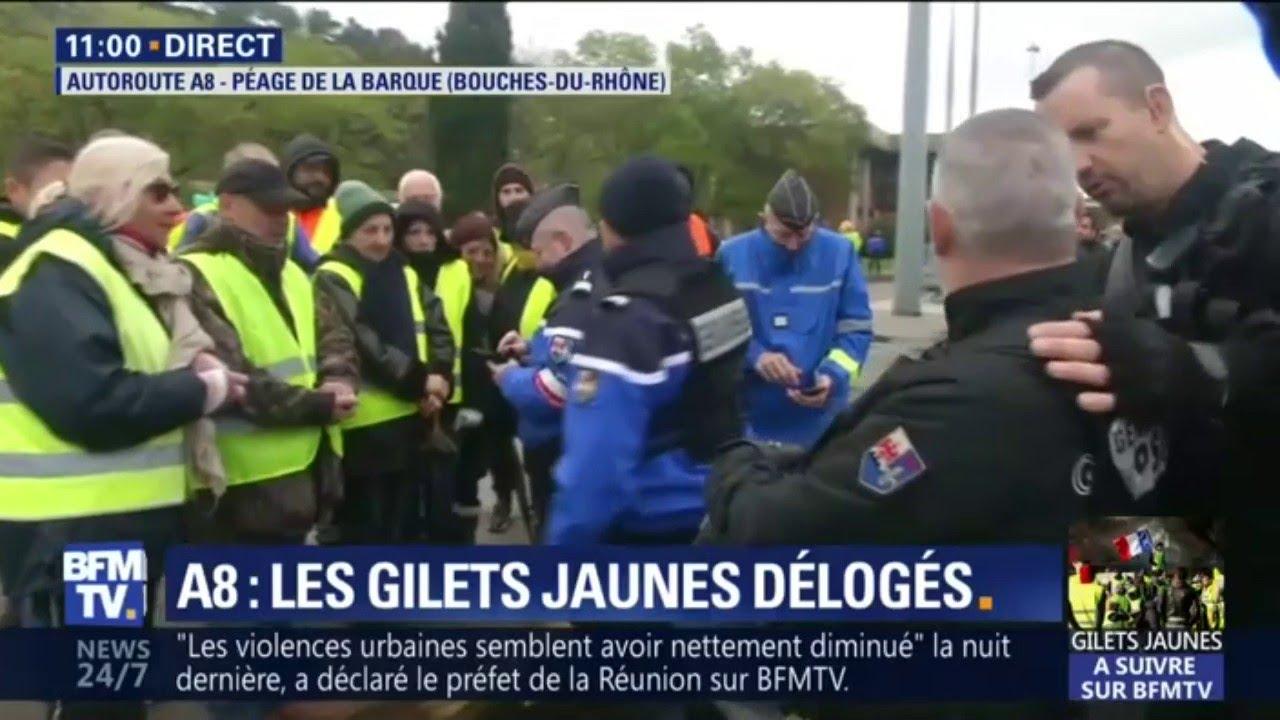 Des gendarmes et des CRS délogent des gilets jaunes qui bloquaient l'A8 dans les Bouches-du-Rhô
