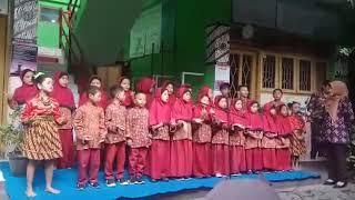 Penampilan performance kreasi lagu siswa siswi kelas 1 SDN Minggiran Yogyakarta