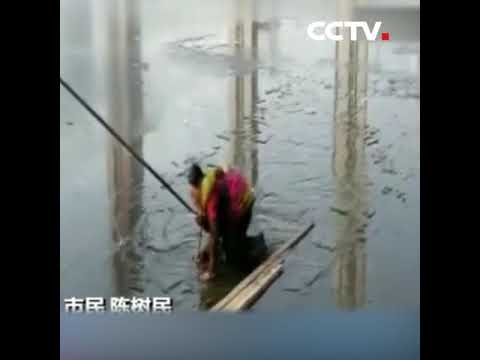 Мужик спасает женщину писку новые видео идет