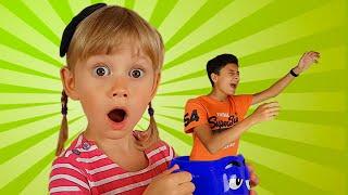 Alena y Pasha juegan con un Fantasma historias divertidas para niños