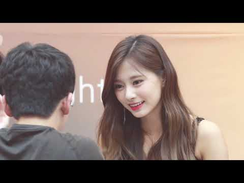Tzuyu interacting with fans~ ツウィちゃんは女神 ~ 심쿵 쯔위~ 怦然心动周子瑜~ ▶3:47