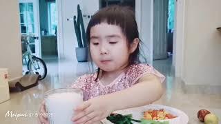 Foodie XiaoMan 超萌小吃貨~小蛮殿下的晚餐有最喜愛的西紅柿炒雞蛋🥚🍅👧🏻 #55個月 #meal #baby #eatingmachine #food #小蛮 #xiaoman