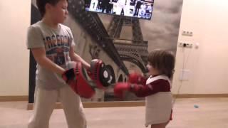 Детские бои без правил (Арсен учит младшего брата)