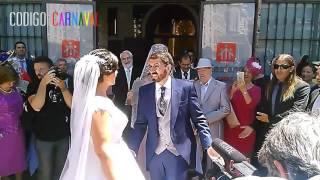 El novio y sus amigos de la chirigota le cantan a la novia p...