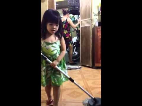 Con gái lau nhà