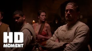 Артур выдаёт Скользкого Била - Меч короля Артура (2017)