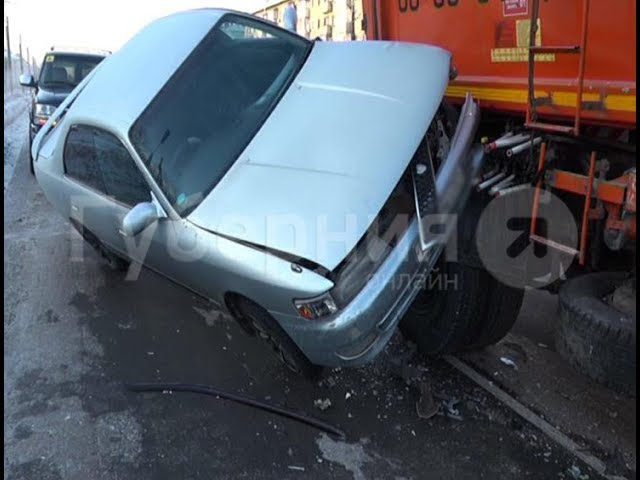 Начинающая автолюбительница «налетела» на мусоровоз в Хабаровске. Mestoprotv