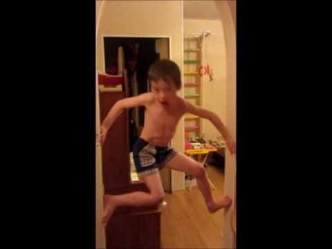 Смотрите скорее! Мальчик - человек - паук! Это благодаря..шведской стенке Юнга!из YouTube · Длительность: 54 с