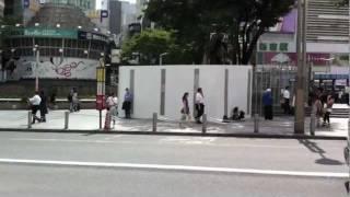 新宿アルタ前喫煙所に巨大囲いが出来てます。10月下旬まで花壇の補修工...