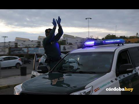 Una comitiva de vehículos de emergencias y cuerpos de seguridad hacen un homenaje a los sanitarios