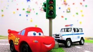 Lernen mit Cars. McQueen lernt die Farben der Ampel.