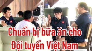 HLV Park Hang Seo & bác sĩ Choi chuẩn bị bữa ăn cho đội tuyển Việt Nam ntn