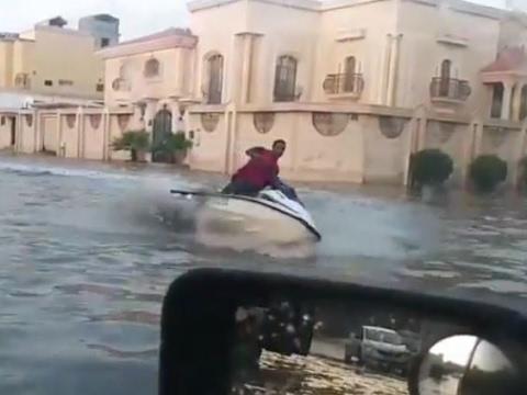"""بالفيديو.. سعودي على """"جيت سكي"""" في مياه الأمطار"""