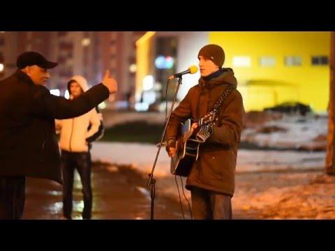 Парень поет в Минске, метро Каменная Горка